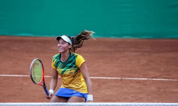 Luisa Stefani conquista o título de simples e de duplas na Super Copa