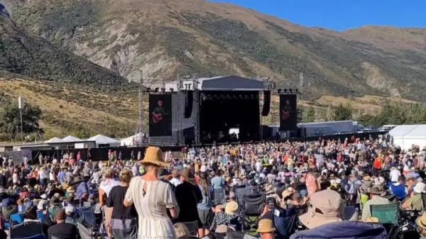 Na Nova Zelândia, Crowded House faz shows ao ar livre para grandes plateias