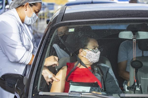 Trabalhadores da educação 47+ vão tomar a 2ª dose contra Covid-19 dia 10/05