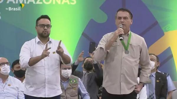 Bolsonaro diz que teria sido 'irresponsabilidade' compra antecipada de vacinas