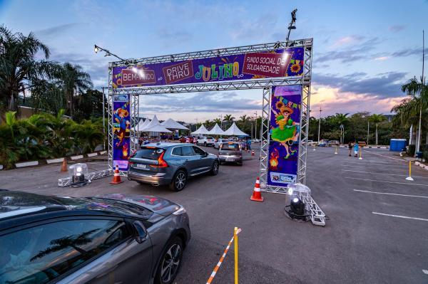 Fundo Social de Santana de Parnaíba realizou Drive-thru Julino no bolsão de estacionamento